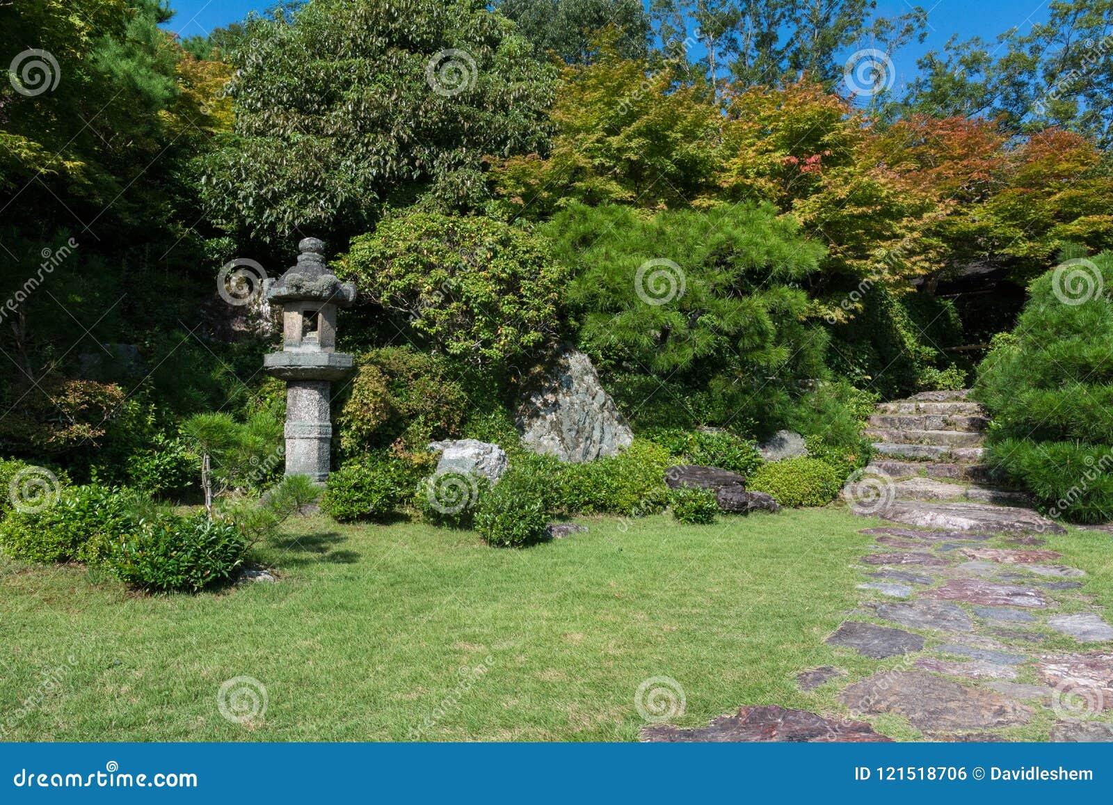 Japanische Gartenlandschaft, Pagodensteinstatue