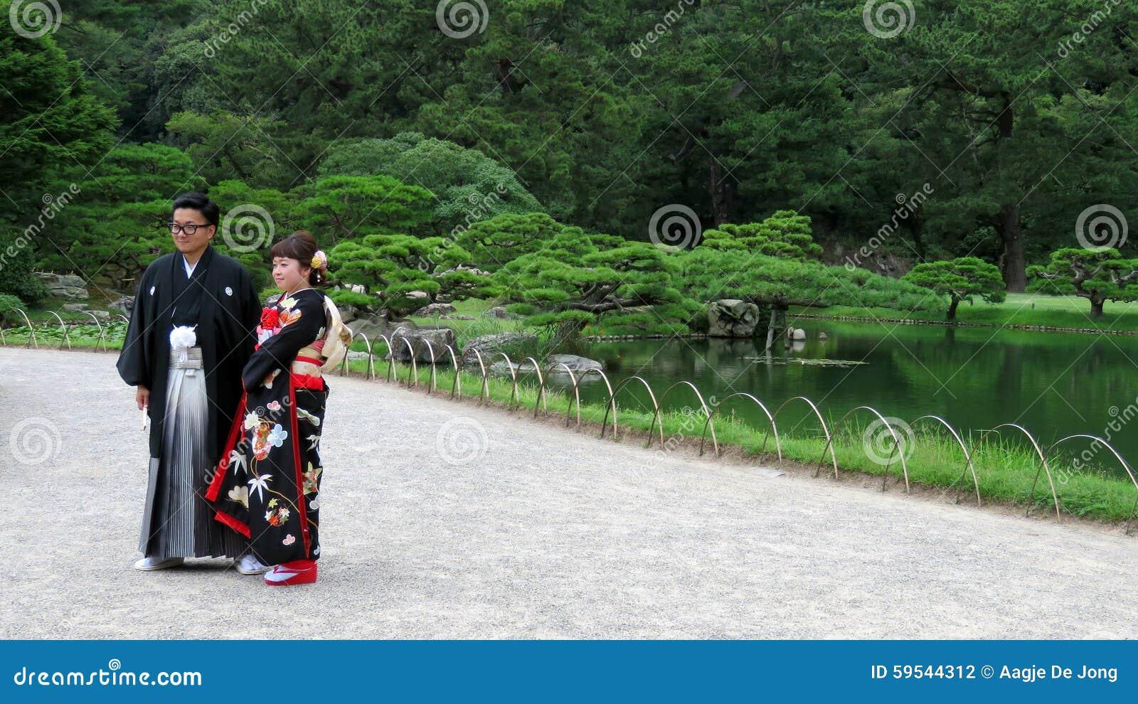 Japanische Hochzeitspaare in Ritsurin Koen Garden Takamatsu Japan