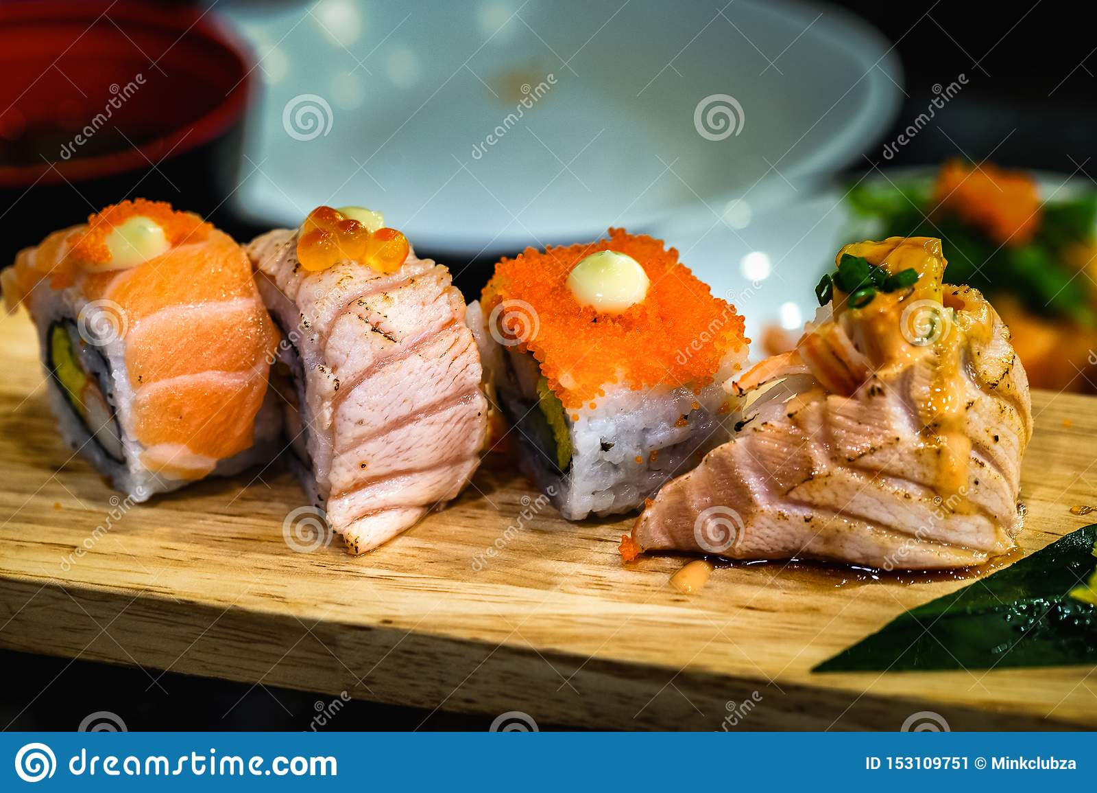 Japanische Nahrung der Sushi auf einer hölzernen Platte für Gesundheit