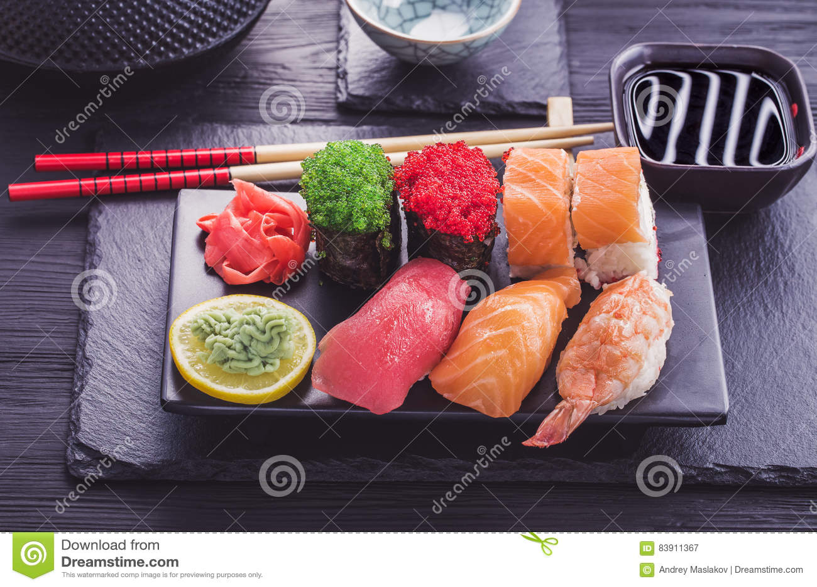Japanische Sushi Eingestellt Auf Schwarzes Geschirr Stockbild Bild Von Sushi Eingestellt 83911367