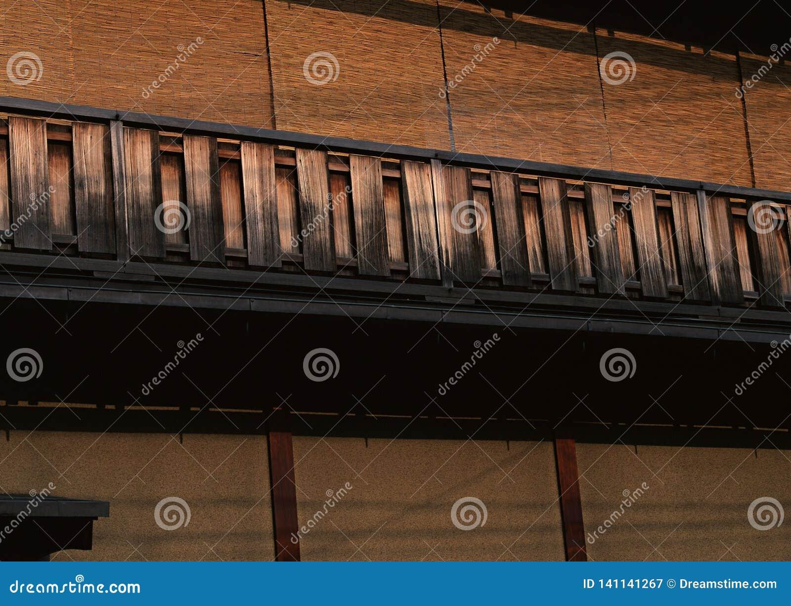 Japanischer alter und traditioneller hölzerner brauner Handlaufhintergrund