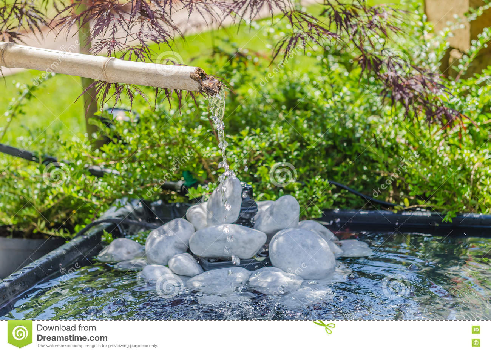 Japanischer garten mit bambusbrunnen stockfoto bild for Japanischer garten pool