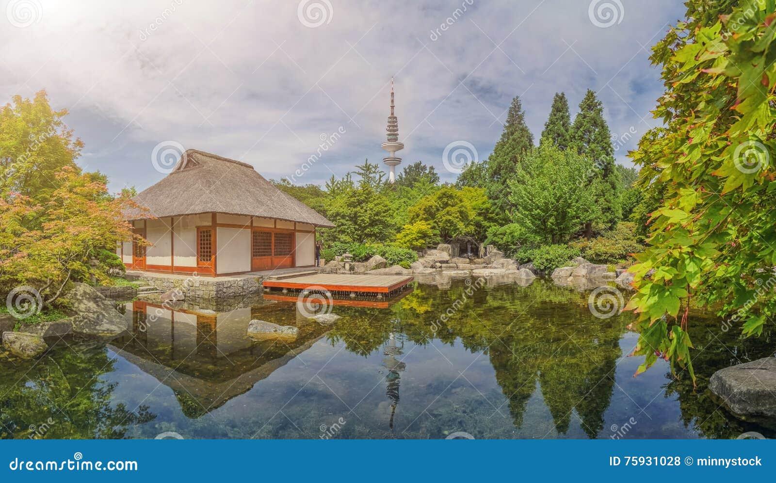 japanischer garten in park planten uno blomen mit heinrich hertz turm in hamburg deutschland. Black Bedroom Furniture Sets. Home Design Ideas