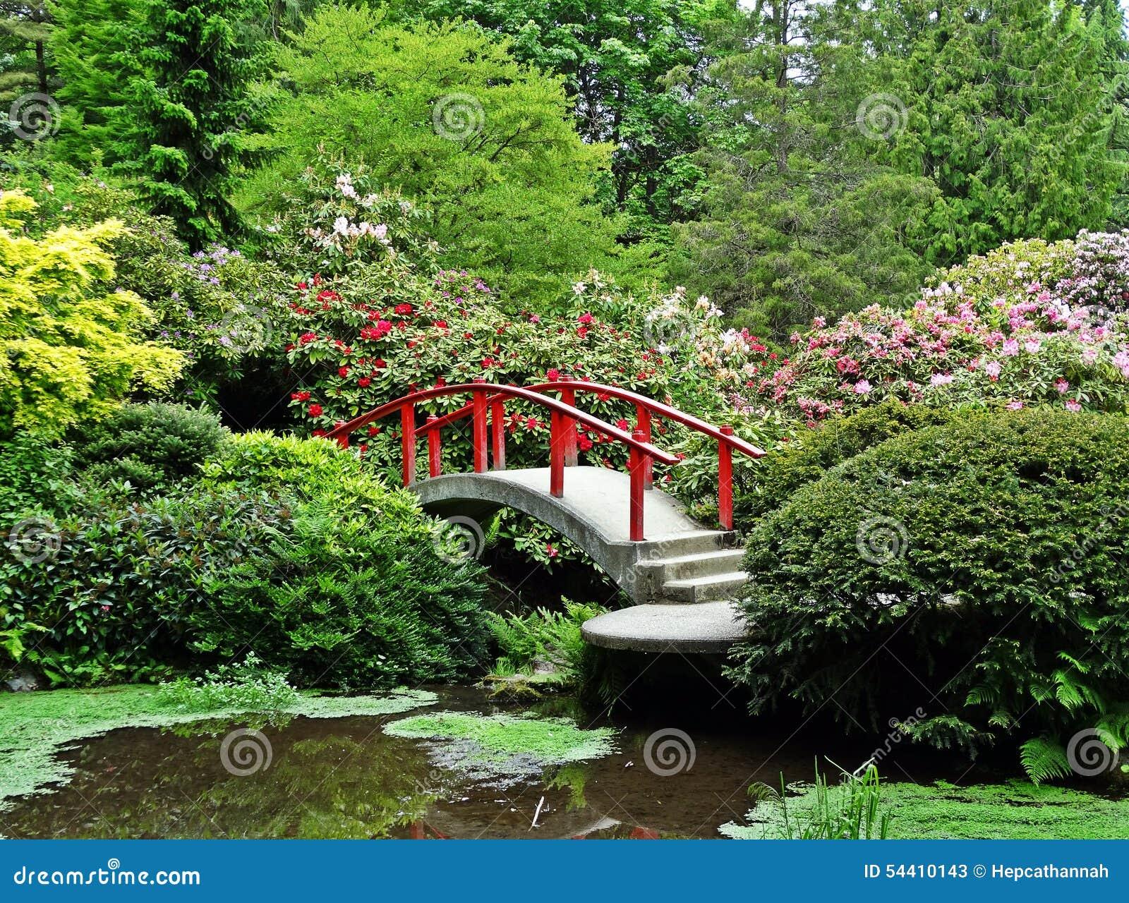 Japanischer Garten-rote Brücken-Blumen-Büsche Stockbild - Bild von ...