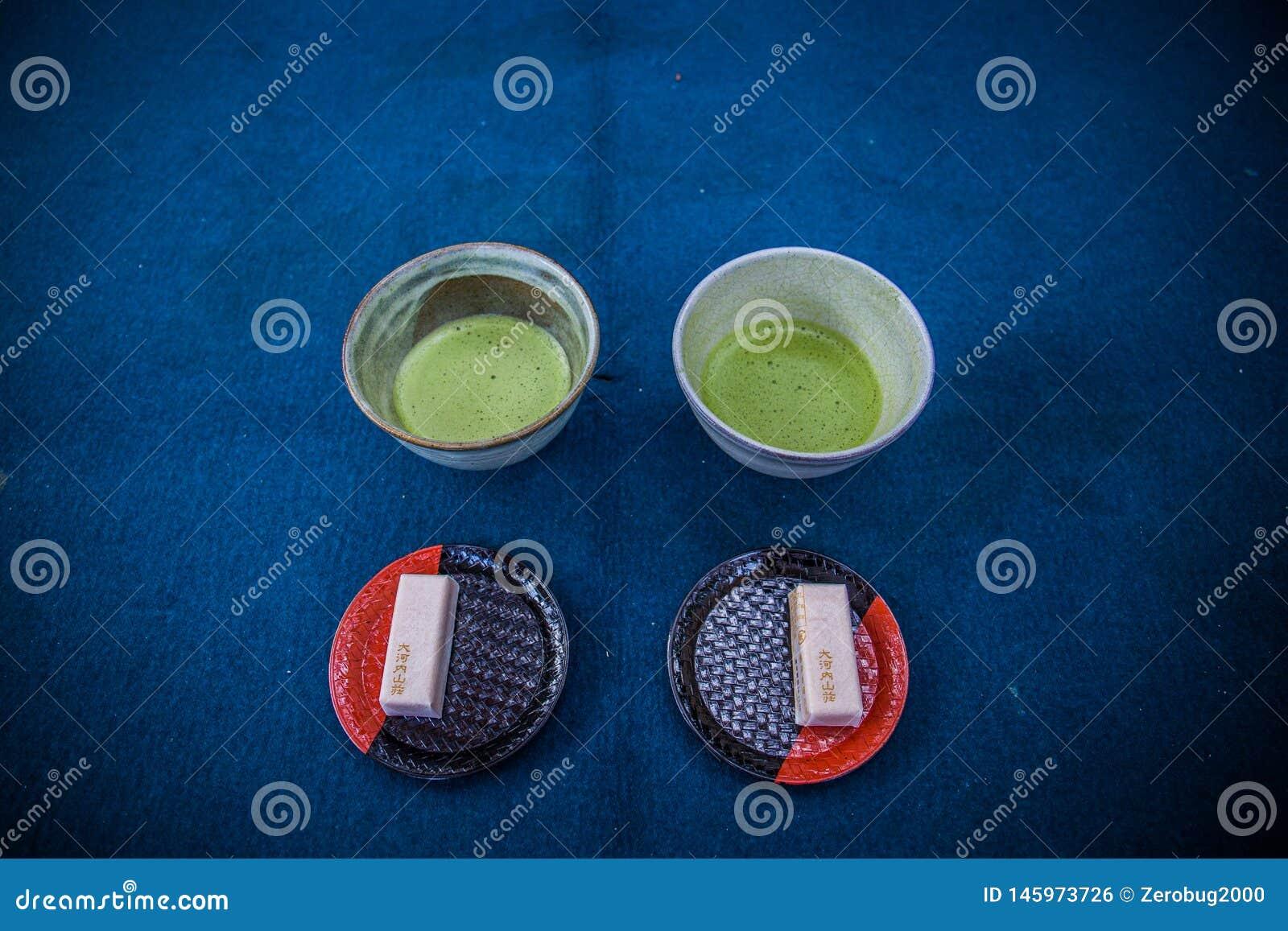 Japanischer traditioneller heißer matcha Tee und ein Bonbon