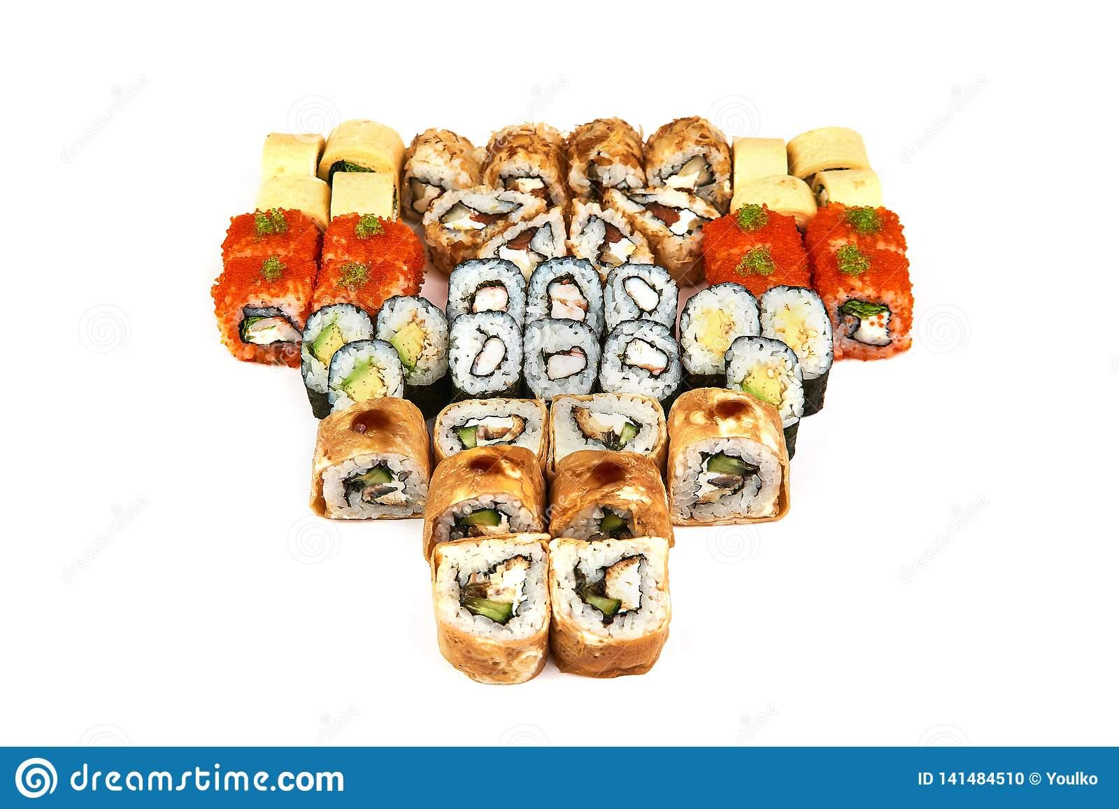Japanisches Lebensmittelrestaurant, Sushi maki gunkan Rollenplatte oder Servierplattensatz Kalifornien-Sushirollen mit Lachsen Su