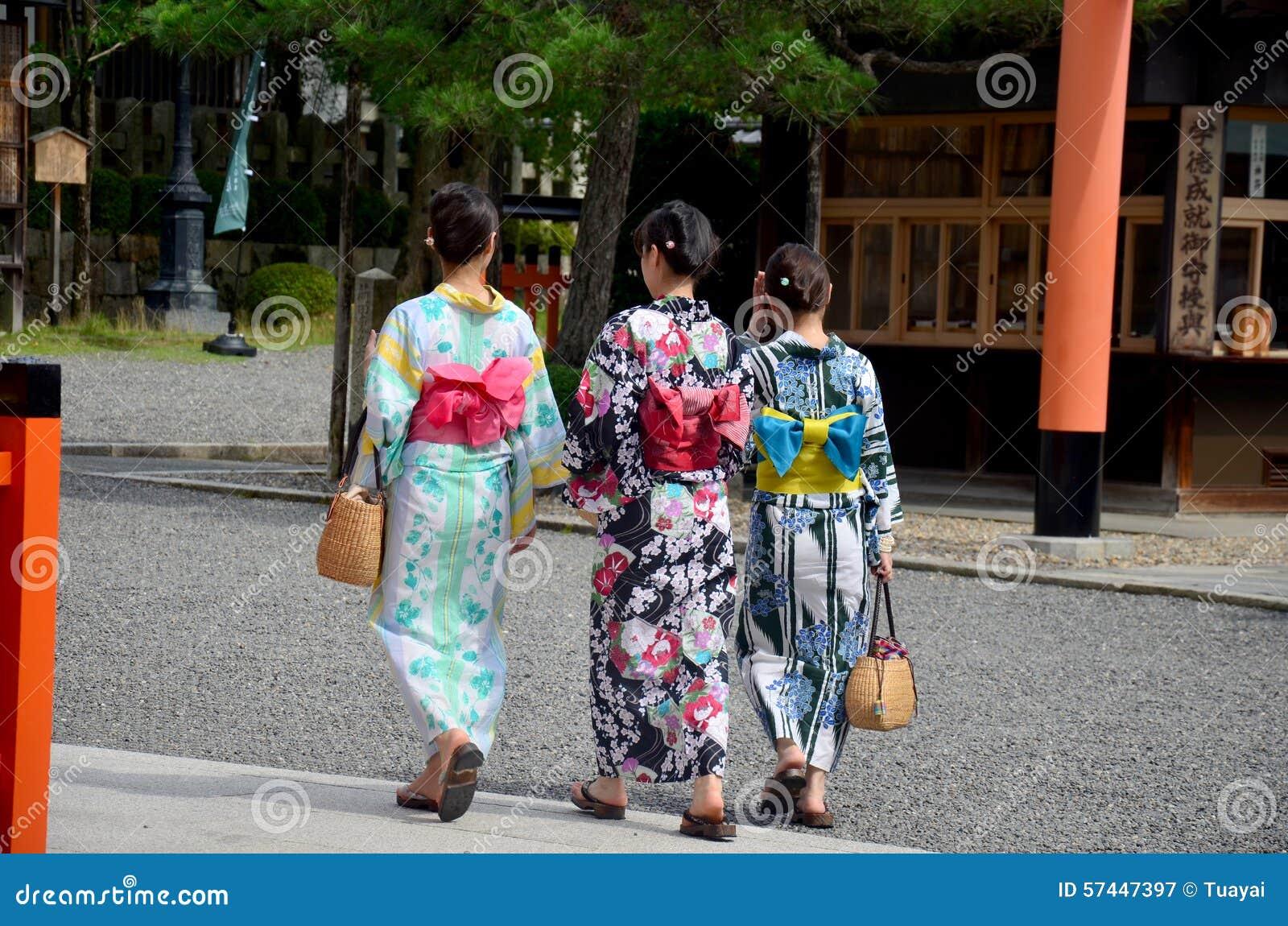 japanisches volk tr gt traditionelle japanische kleidung