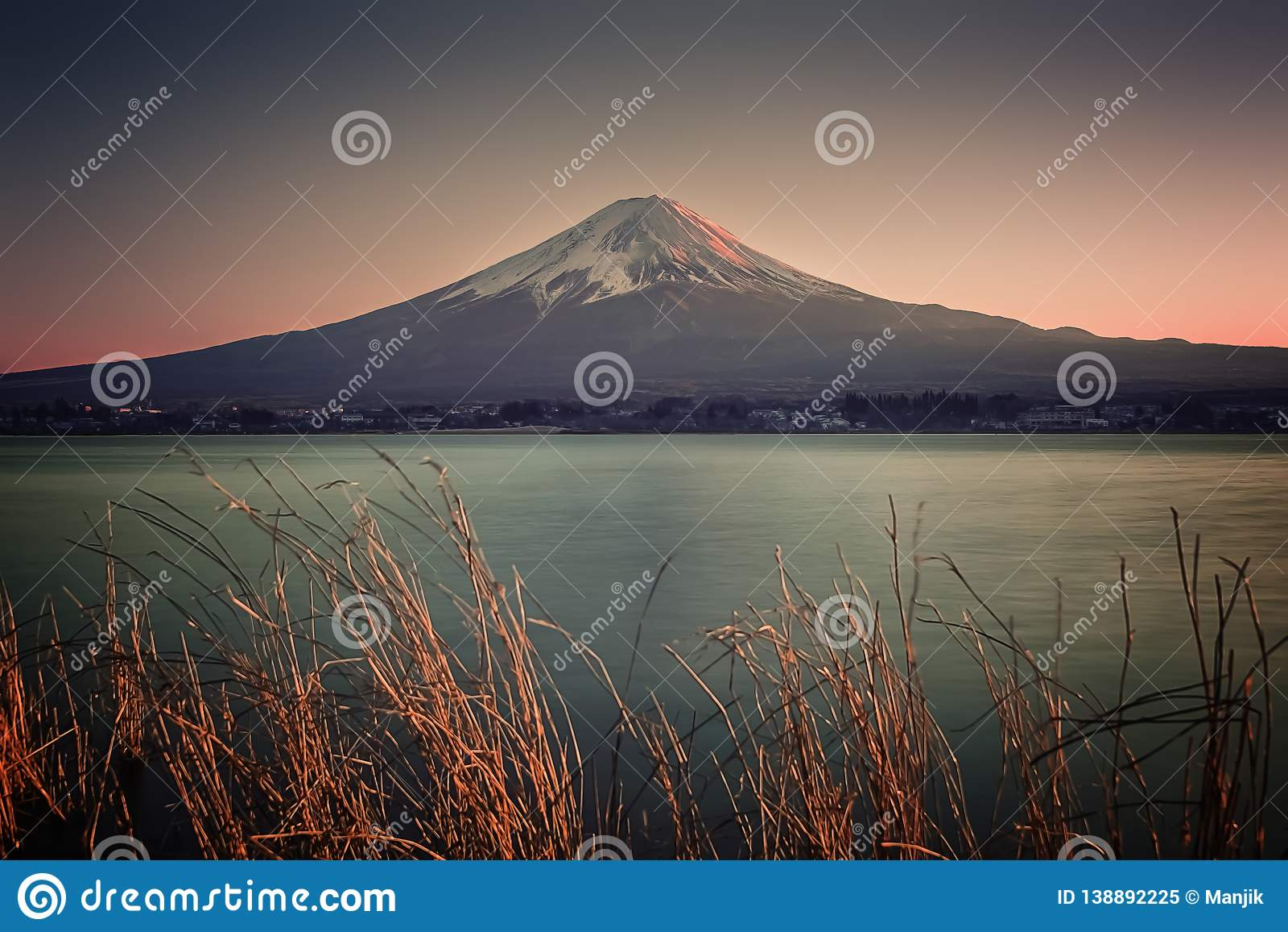 Japans landschap bij zonsondergang