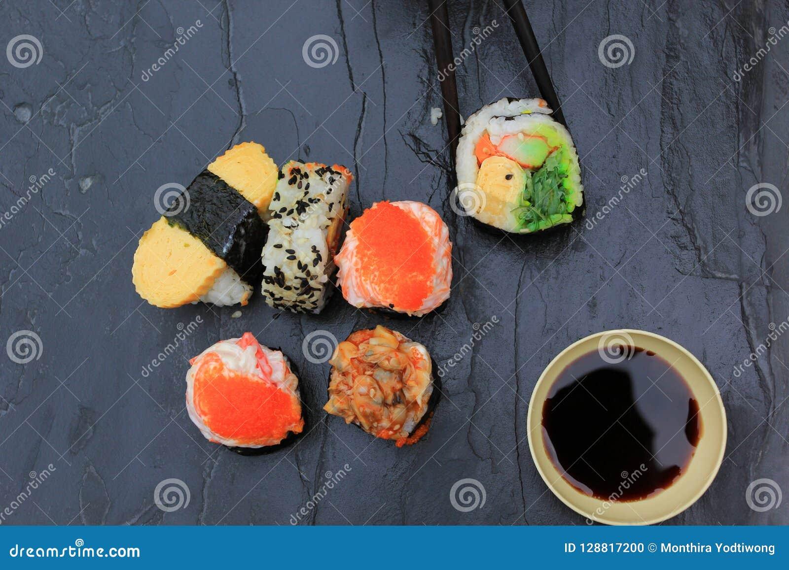 Japans voedsel, Hoogste mening van sushireeks in eetstokjes op steendark
