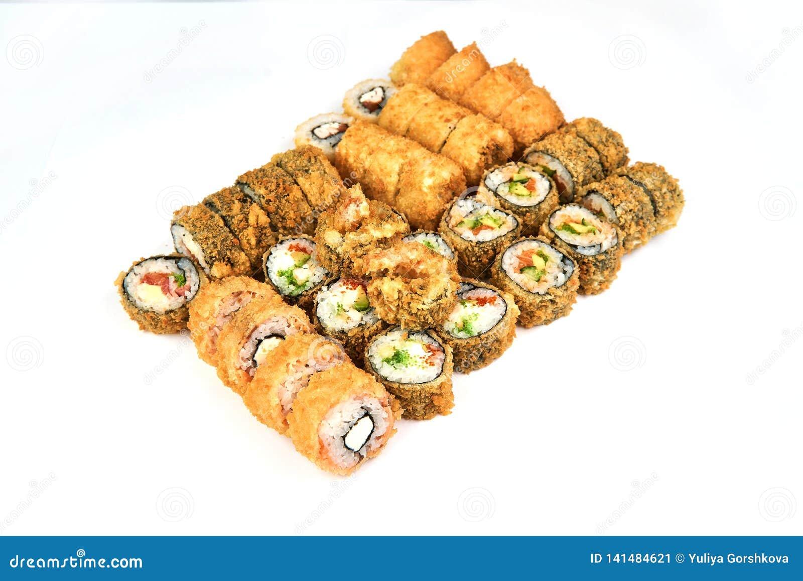 Japans voedselrestaurant, gunkan het broodjesplaat van sushimaki of schotelreeks De Sushibroodjes van Californië met zalm Sushi b