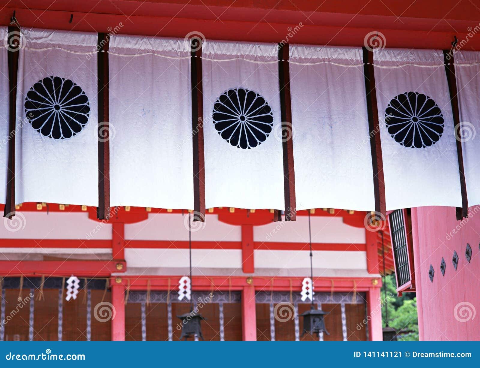 Japanse architecturale witte vertoningsgordijnen met bloemenpatronen daarin achtergrond