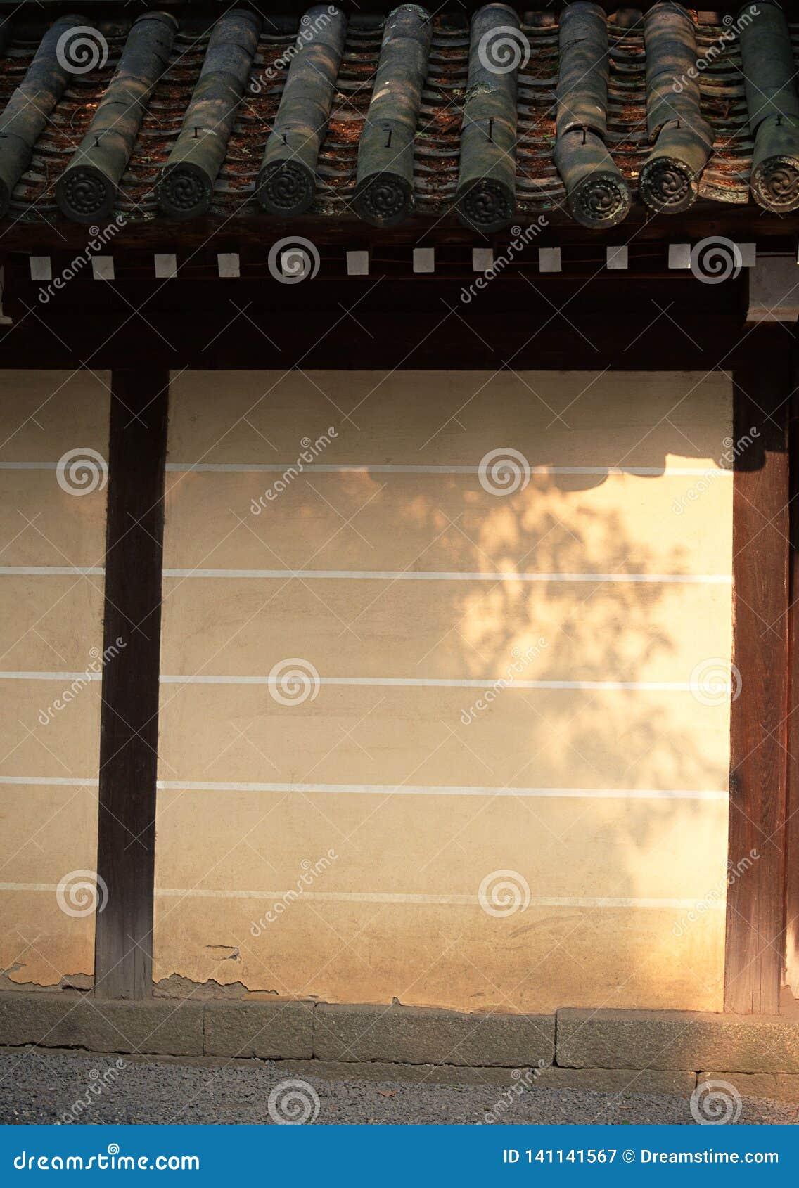 Japanse bruine muurachtergrond met donkere houten detail en daktegelsachtergrond