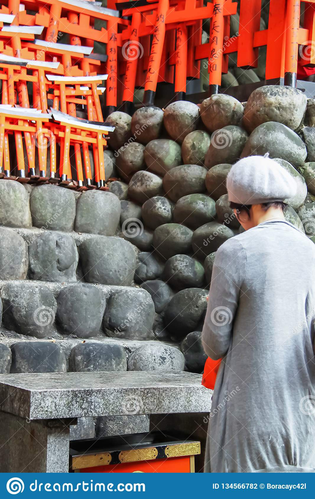 Japanse dame die bij het Heiligdom van Fushimi bidden Inari Taisha