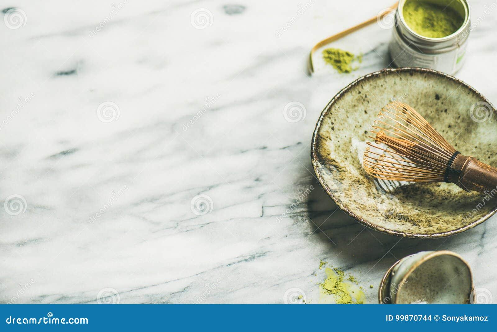 Japanse hulpmiddelen om matchathee, marmeren achtergrond, exemplaarruimte te brouwen