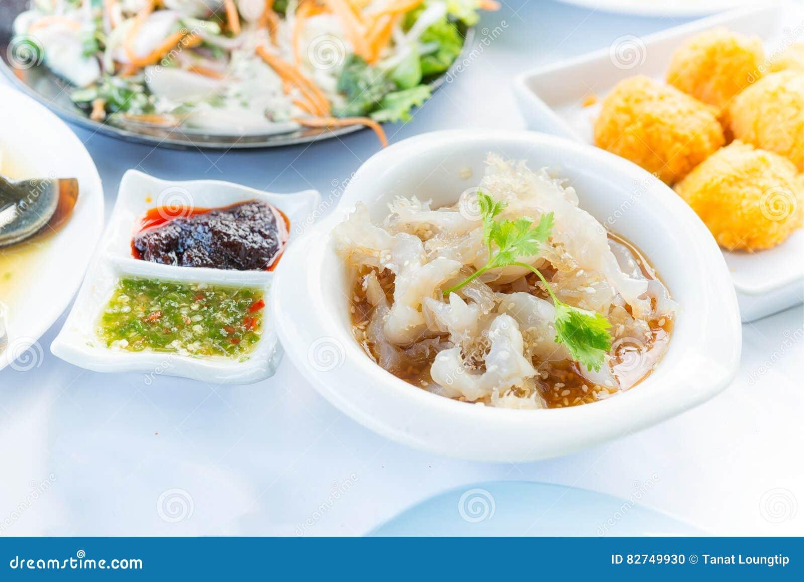 Japanse kwallensalade, kruidige die schotel algemeen in restaura wordt gediend