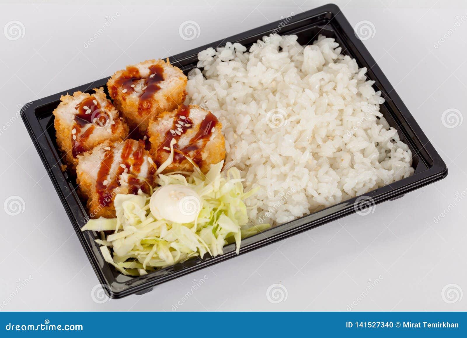 Japanse nationale populaire keuken Sushi, rijst en vissen Smakelijk, prachtig gediend voedsel in een restaurant, koffie