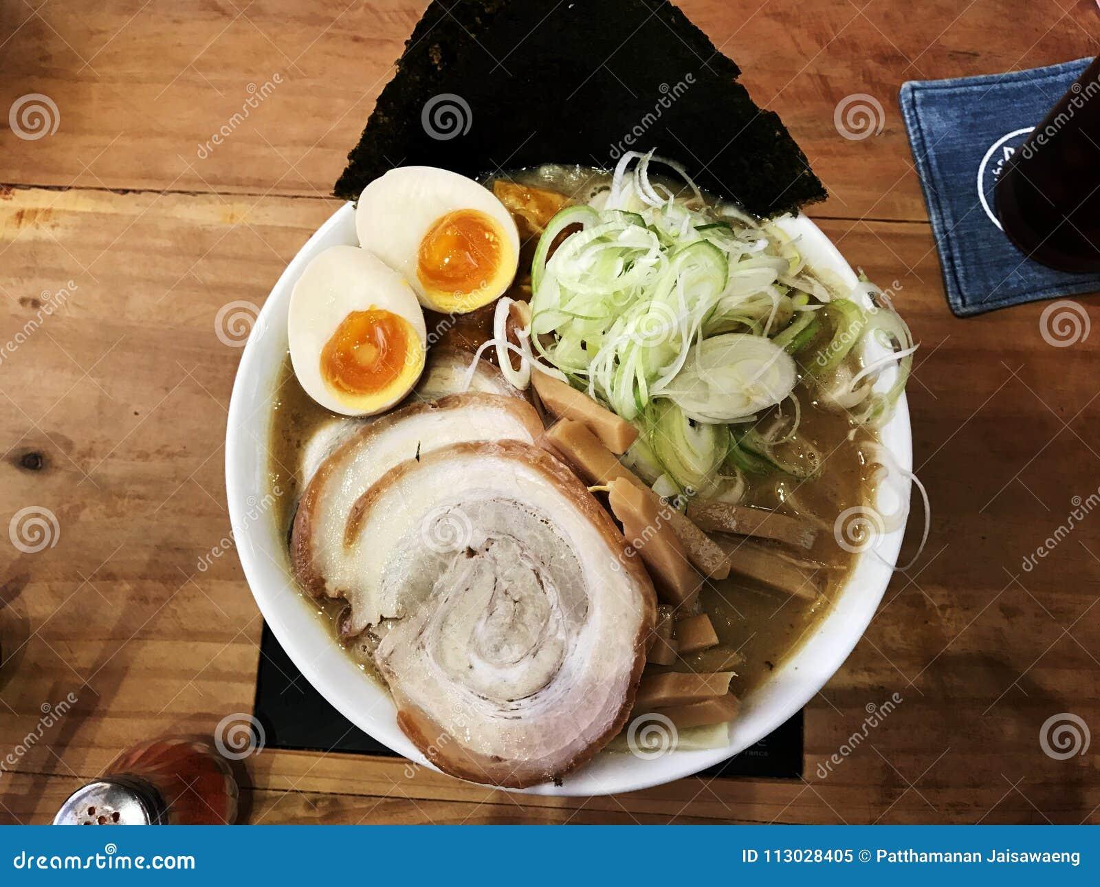 Japanse Ramen met plakvarkensvlees, Eieren, Zeewier, de Lenteui op bovenkant