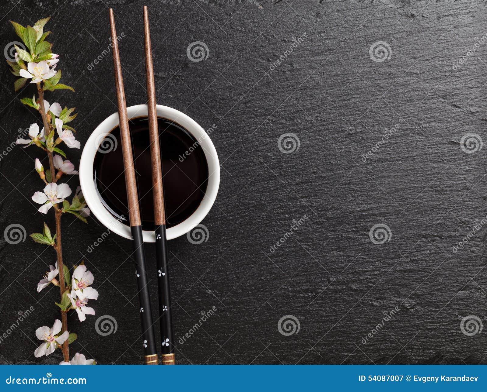 Japanse sushieetstokjes, sojasauskom en sakurabloesem