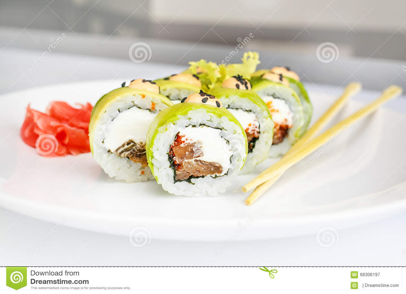 Japanse zeevruchtensushi, broodje en eetstokje op een witte plaat