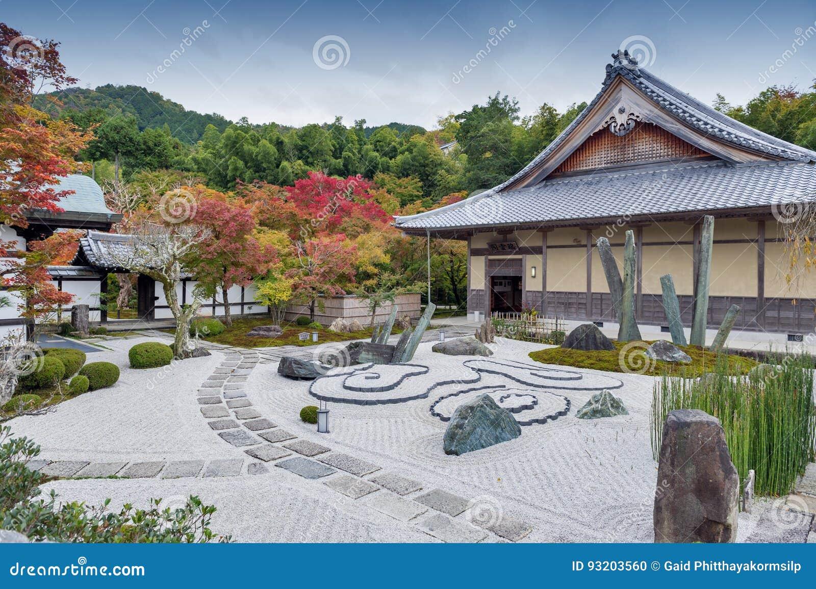 Japanse zentuin tijdens de herfst bij Enkoji-tempel in Kyoto, Japan