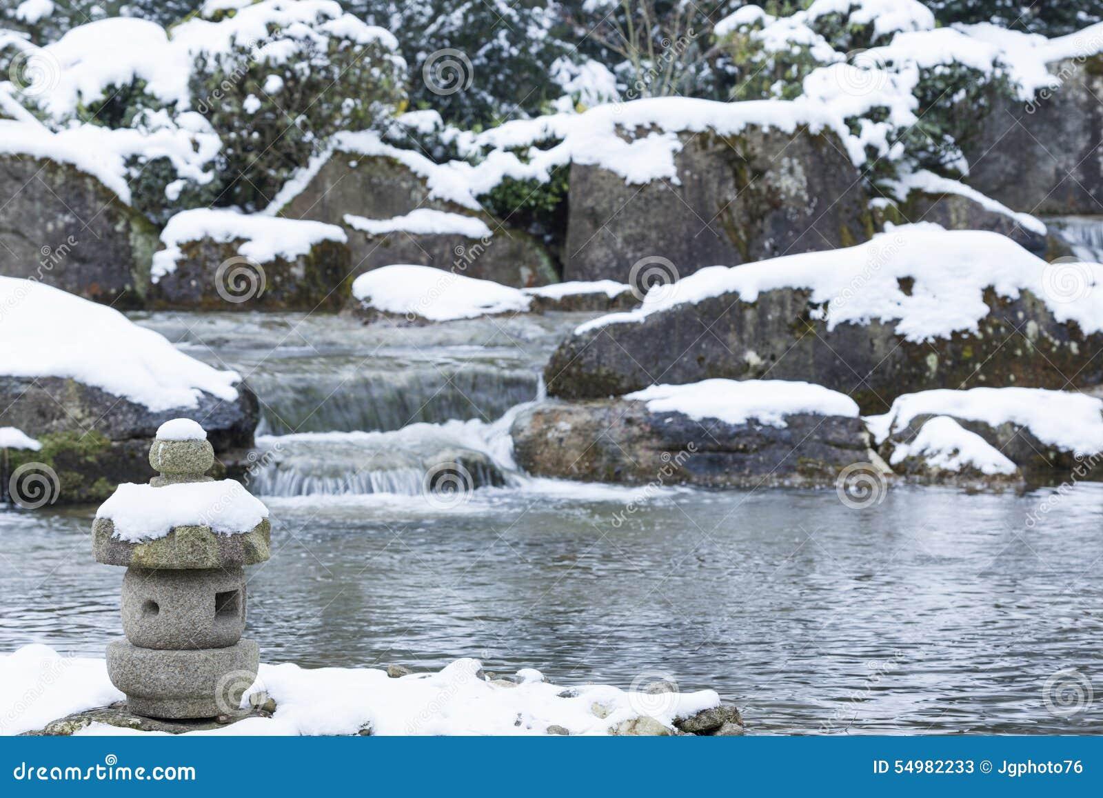 Japansk lykta i den Japan trädgården