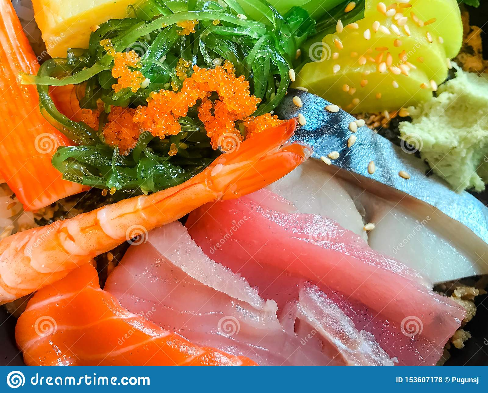 Japansk matSashimi Mixed skivad uppsättning för rå fisk Laxfisk, tonfiskfisk, Saba fisk, laxfiskrom, krabbapinnar, Tamago sushi