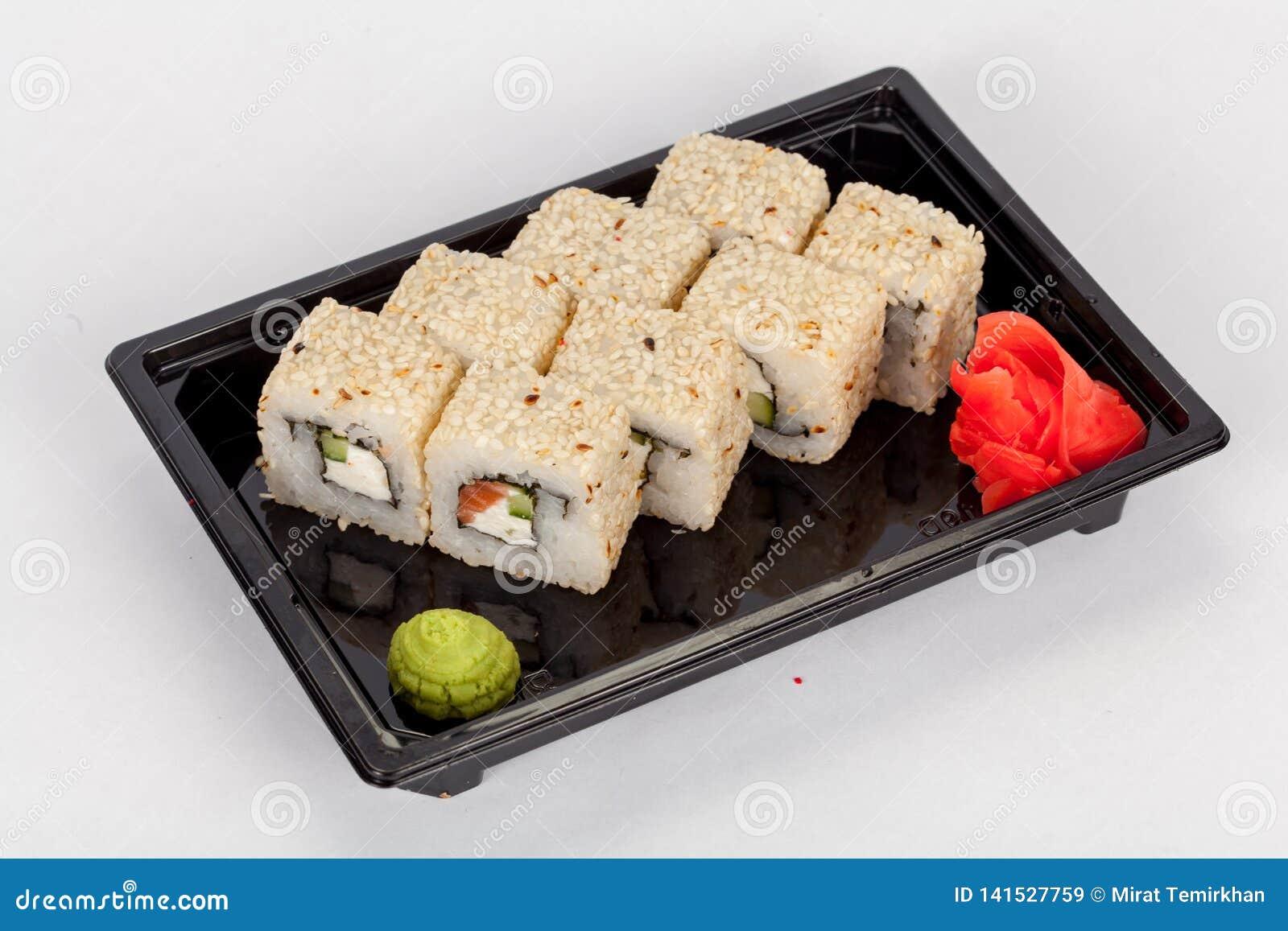 Japansk nationell populär kokkonst Sushi, ris och fisk Smakligt tjänade som beautifully mat i en restaurang, kafé