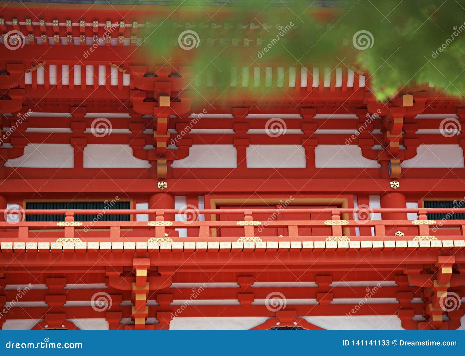 Japansk röd, guld- och vit tempelarkitektur med ledstångdetaljer