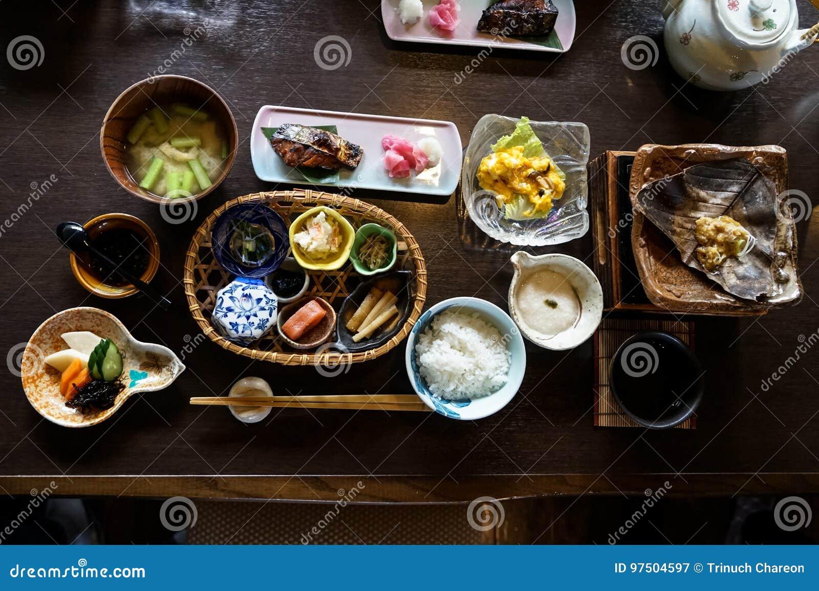Japansk ryokan frukostdisk inklusive lagade mat vita ris, grillad fisk, stekt ägg, soppa, mentaiko, knipa, havsväxt, varm platta