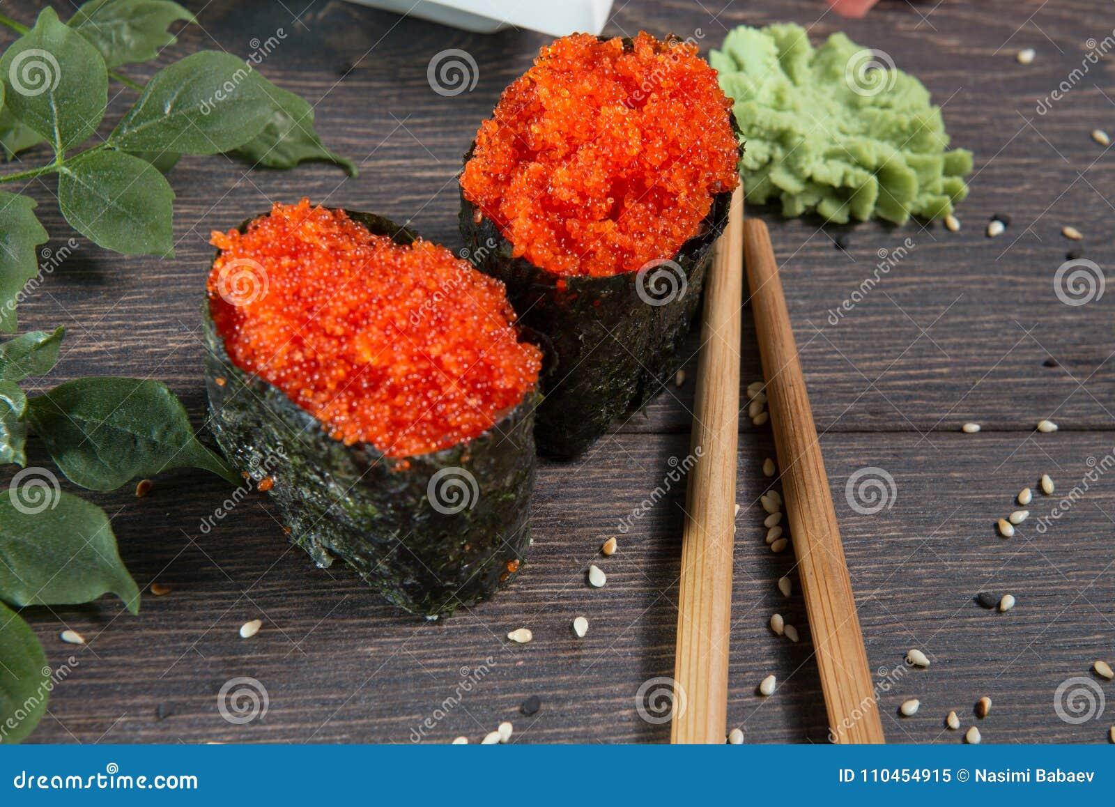 Japanska ris rullar med havsväxt på sushistången