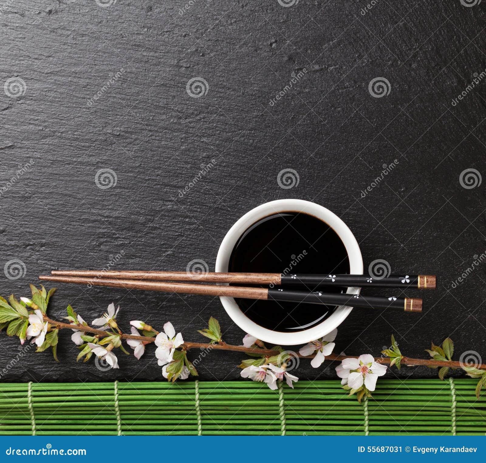 Japanska sushipinnar, soyabunken och sakura blomstrar