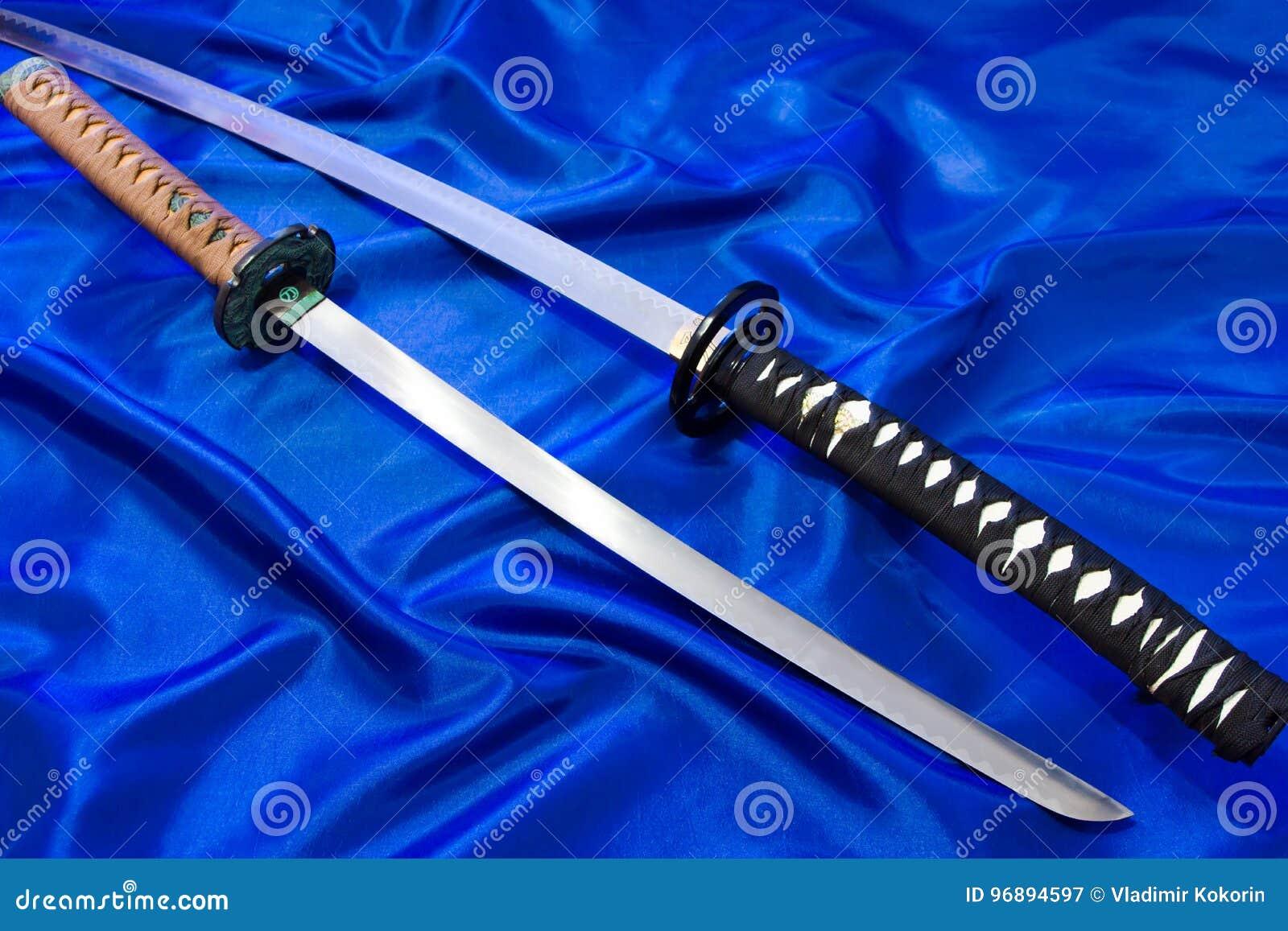 Japanskt katanasvärd Vapnet av en samuraj Ett formidabelt vapen i händerna av en förlage av kampsporter