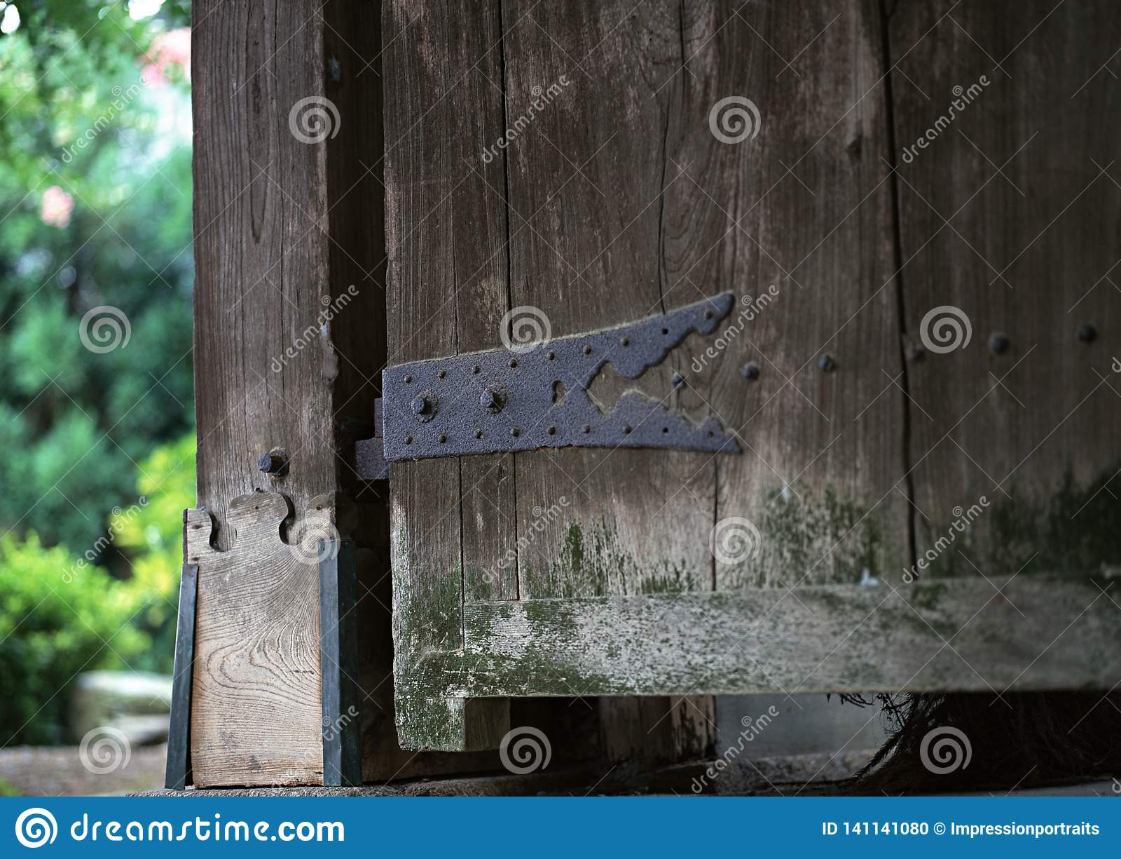 Japończyk rdzewiał kruszcowych drzwiowych joinery szczegóły z śruby tłem