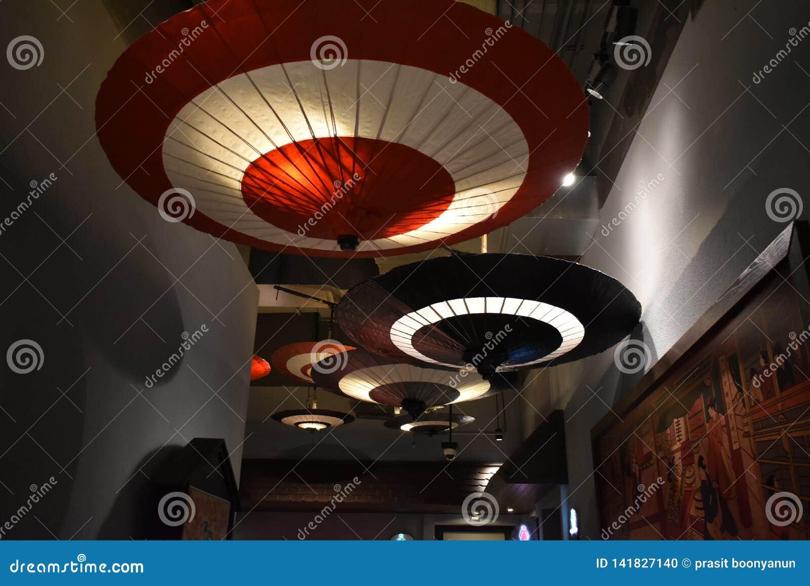 Japońscy parasole w centrum handlowym