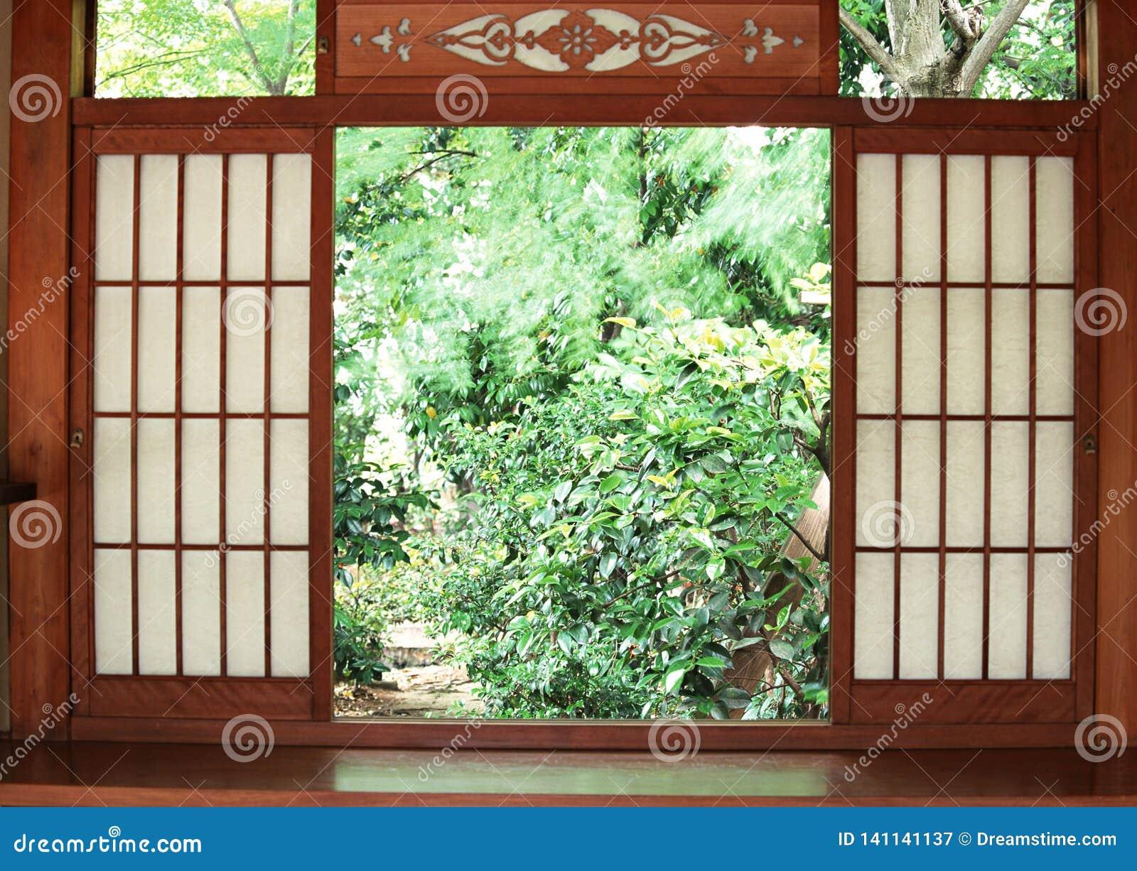 Japoński drewniany wejściowego drzwi tło z ogrodowy outside