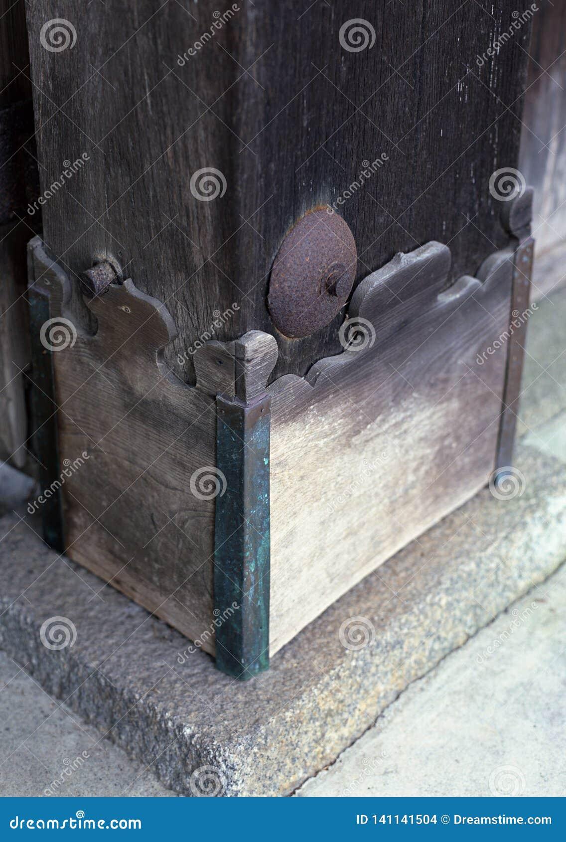 Japoński drzwi dna kwiecistego projekta cyzelowanie drewniany tło