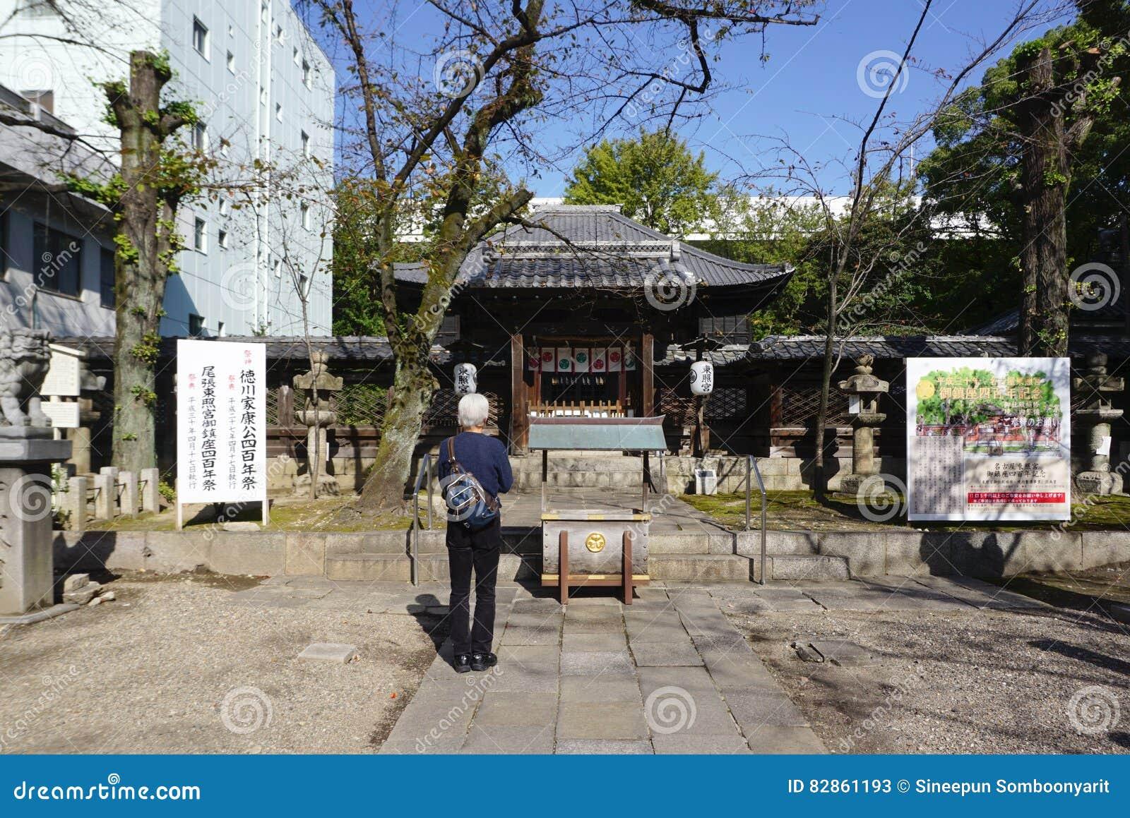 Japońscy lokalni ludzie modlą się szacunek świątynia przy świątynią