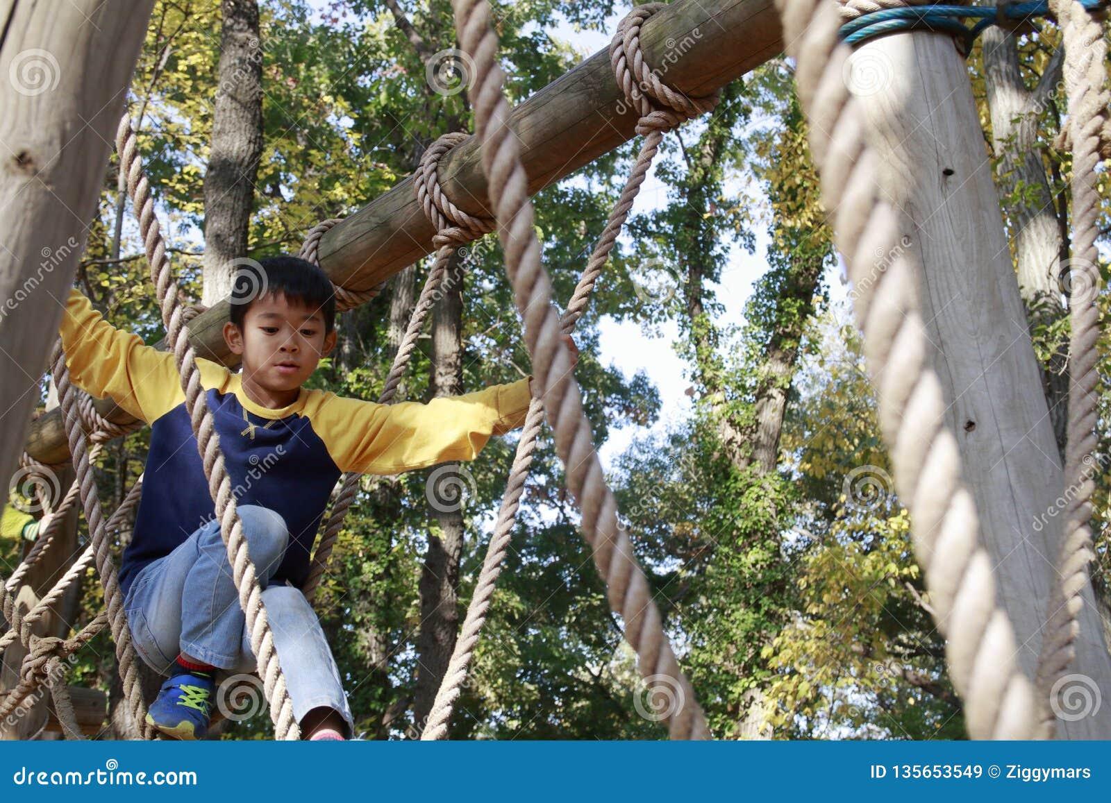 Japońska chłopiec bawić się z ropewalking