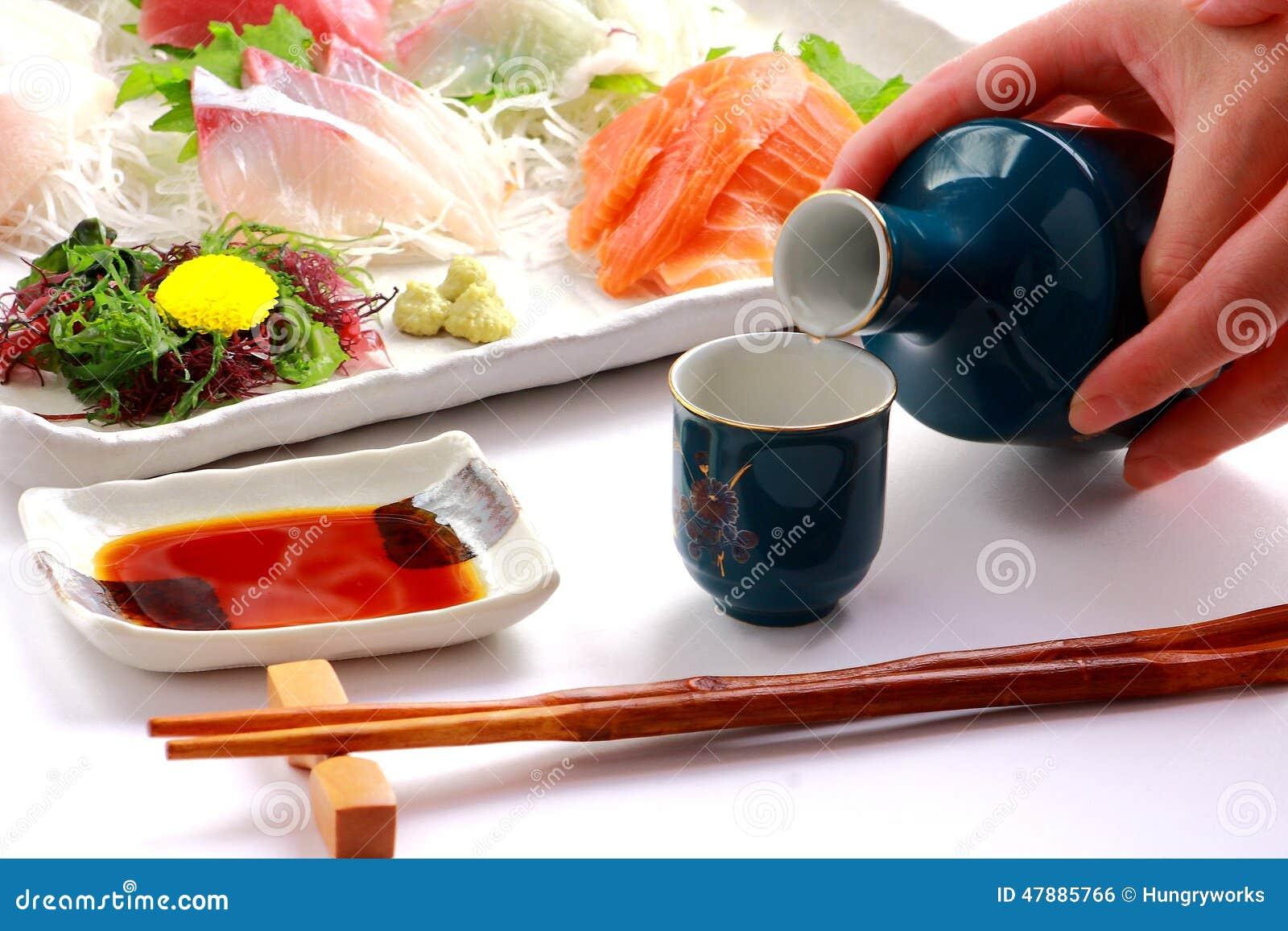` Japonês da CAUSA do ` do vinho de arroz e ` do Sashimi do ` crus dos peixes