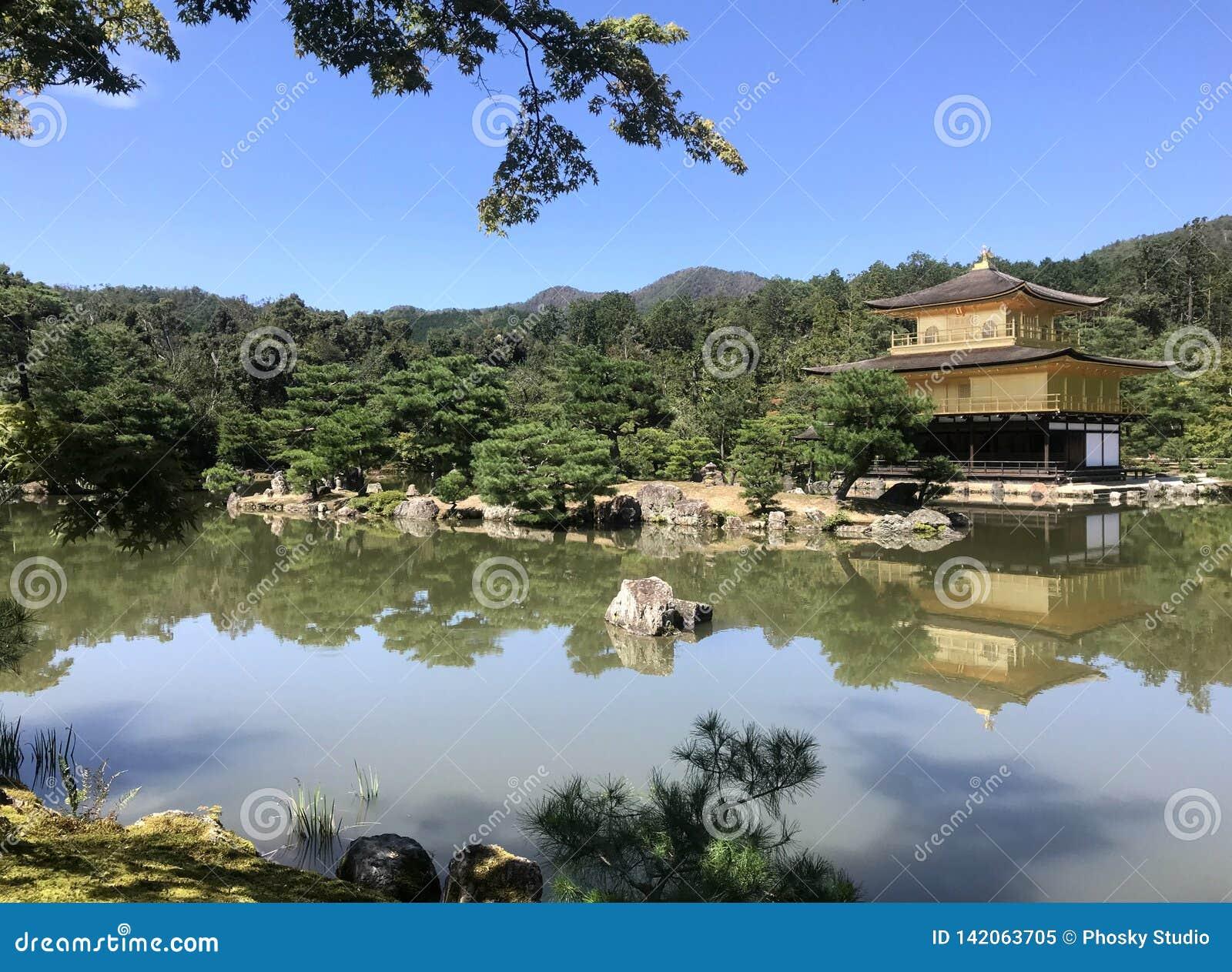 Japonia, dom ono modlić się przy stawem
