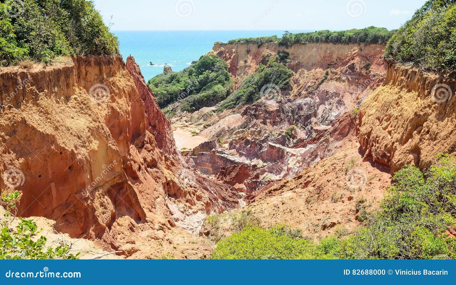 Jar falezy z wiele kamieniami sedimented czasem