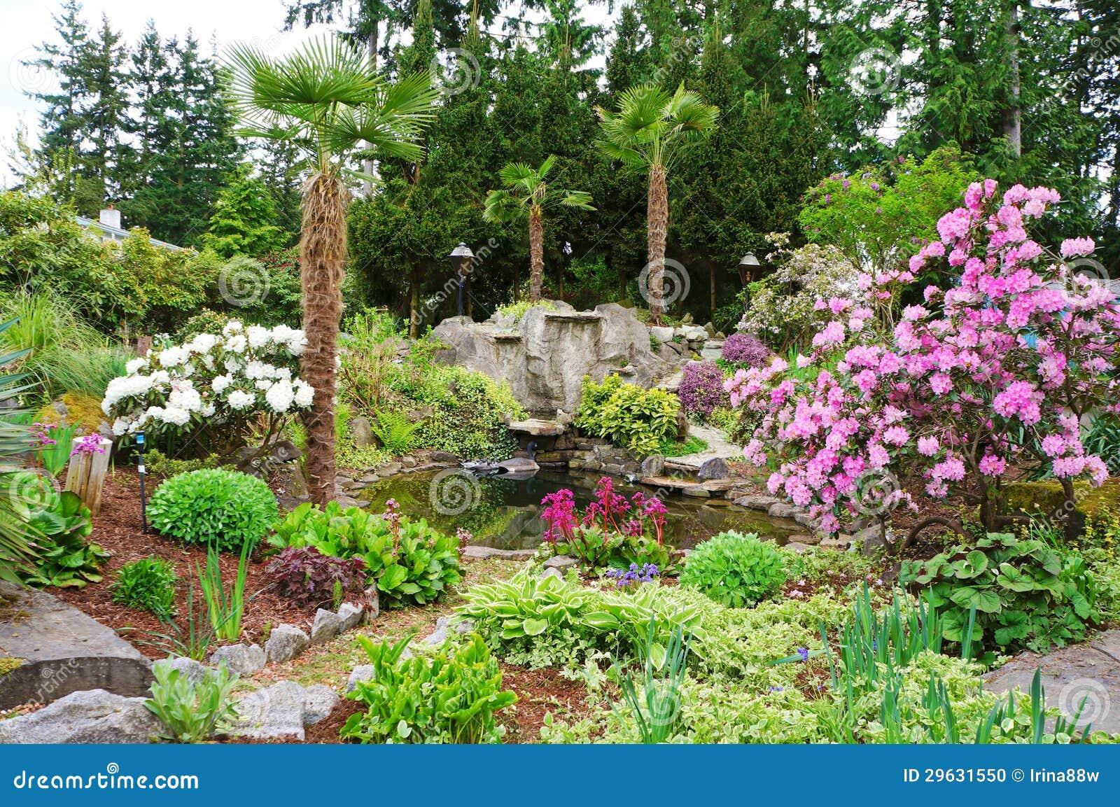 Jard n casero del noroeste americano del paisaje de la for Diseno de jardines caseros