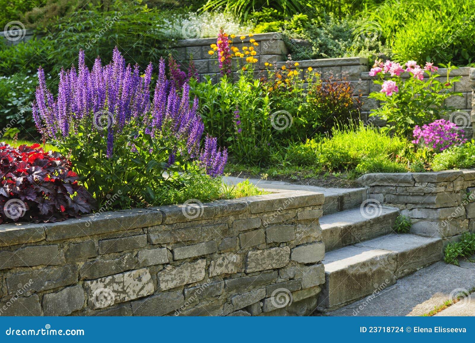Jardín con ajardinar de piedra