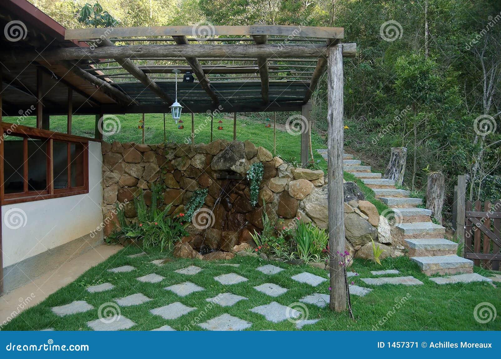 Jard n de la casa de campo imagen de archivo imagen de for Casa del jardin