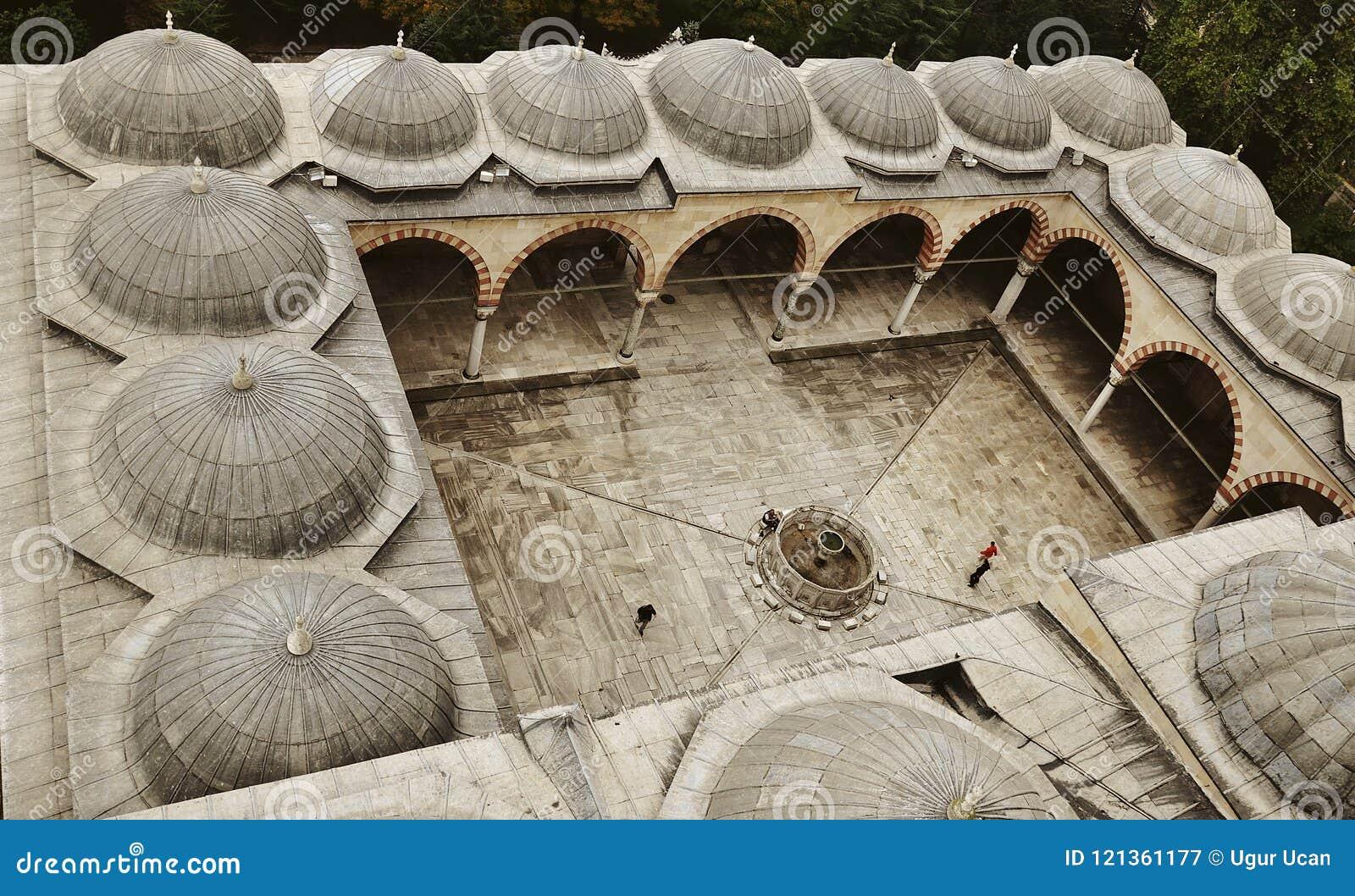 Jardín de la mezquita de Edirne Selimiye en Turquía La mezquita fue encargada por Sultan Selim II, y construida por el arquitecto