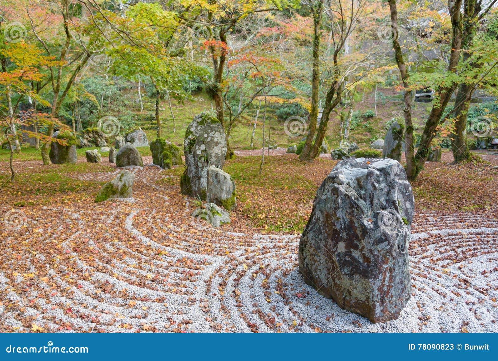 Jardín de piedras de la parte posterior del templo de Komyozenji