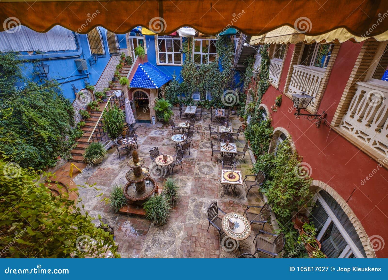 Jardín Del Patio Con La Terraza Llena De Decoración Imagen
