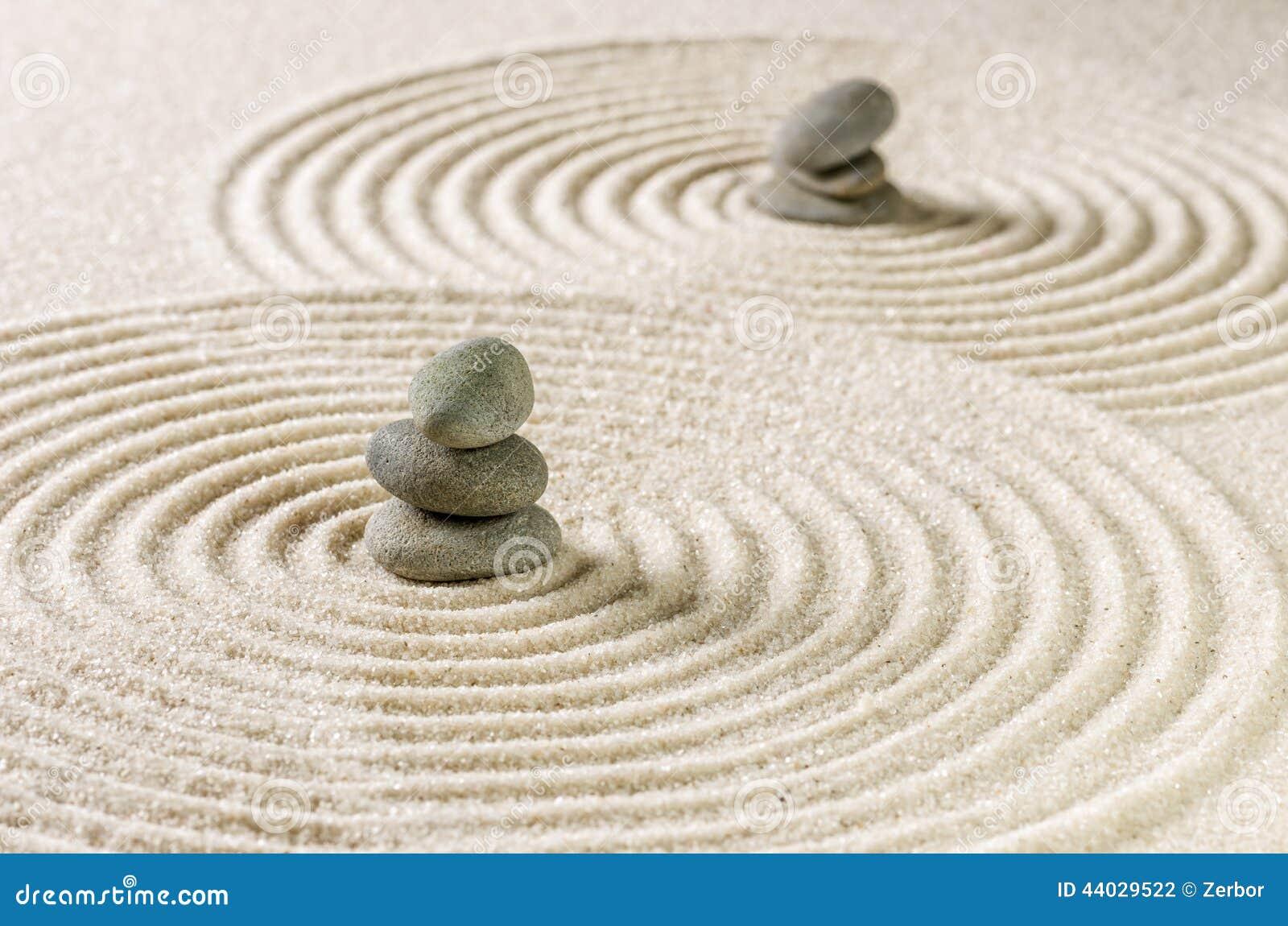 Jard n del zen con las piedras apiladas y arena con los - Arena jardin zen ...