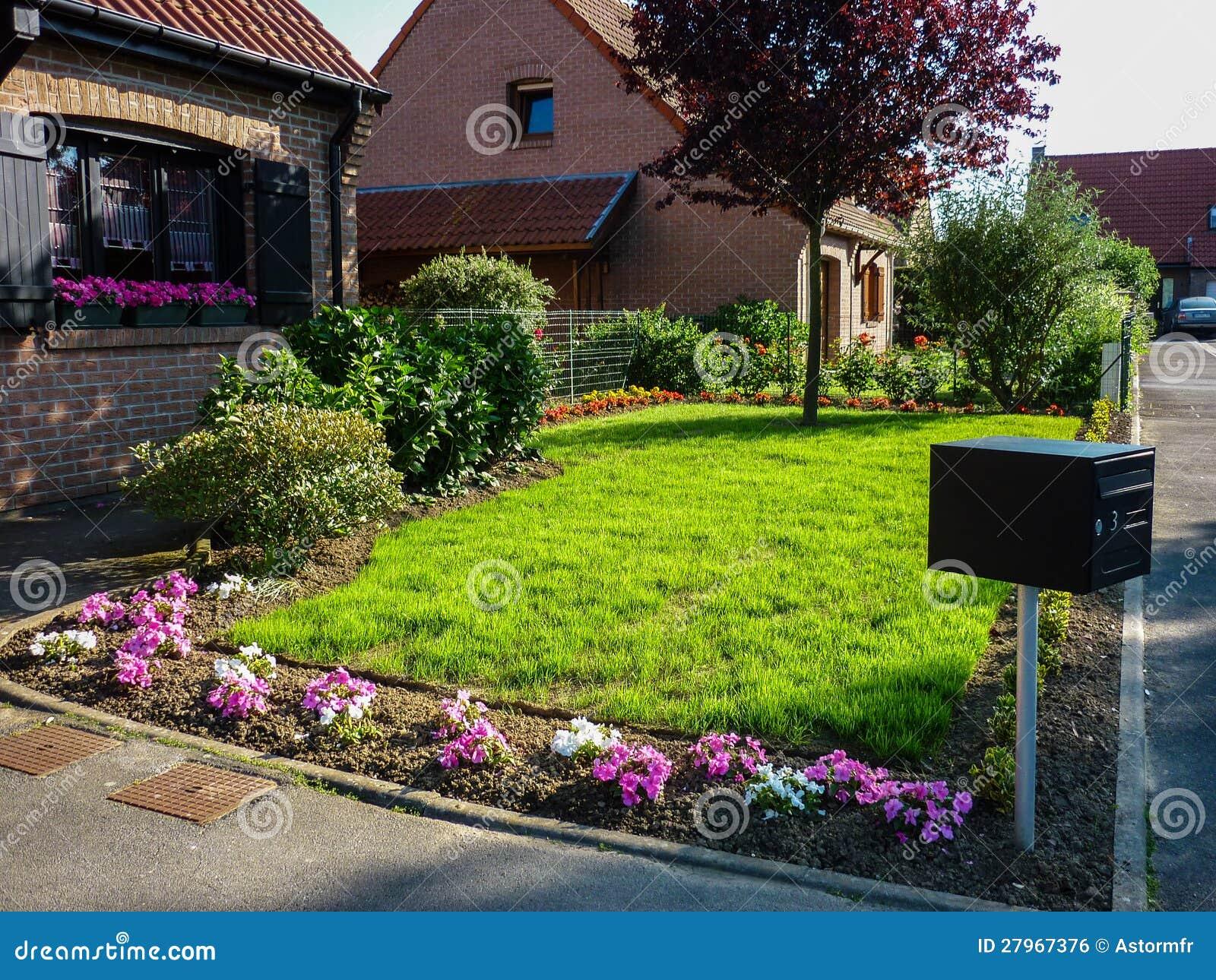 Jard n delantero de la casa imagen de archivo libre de for Casa y jardin tienda madrid