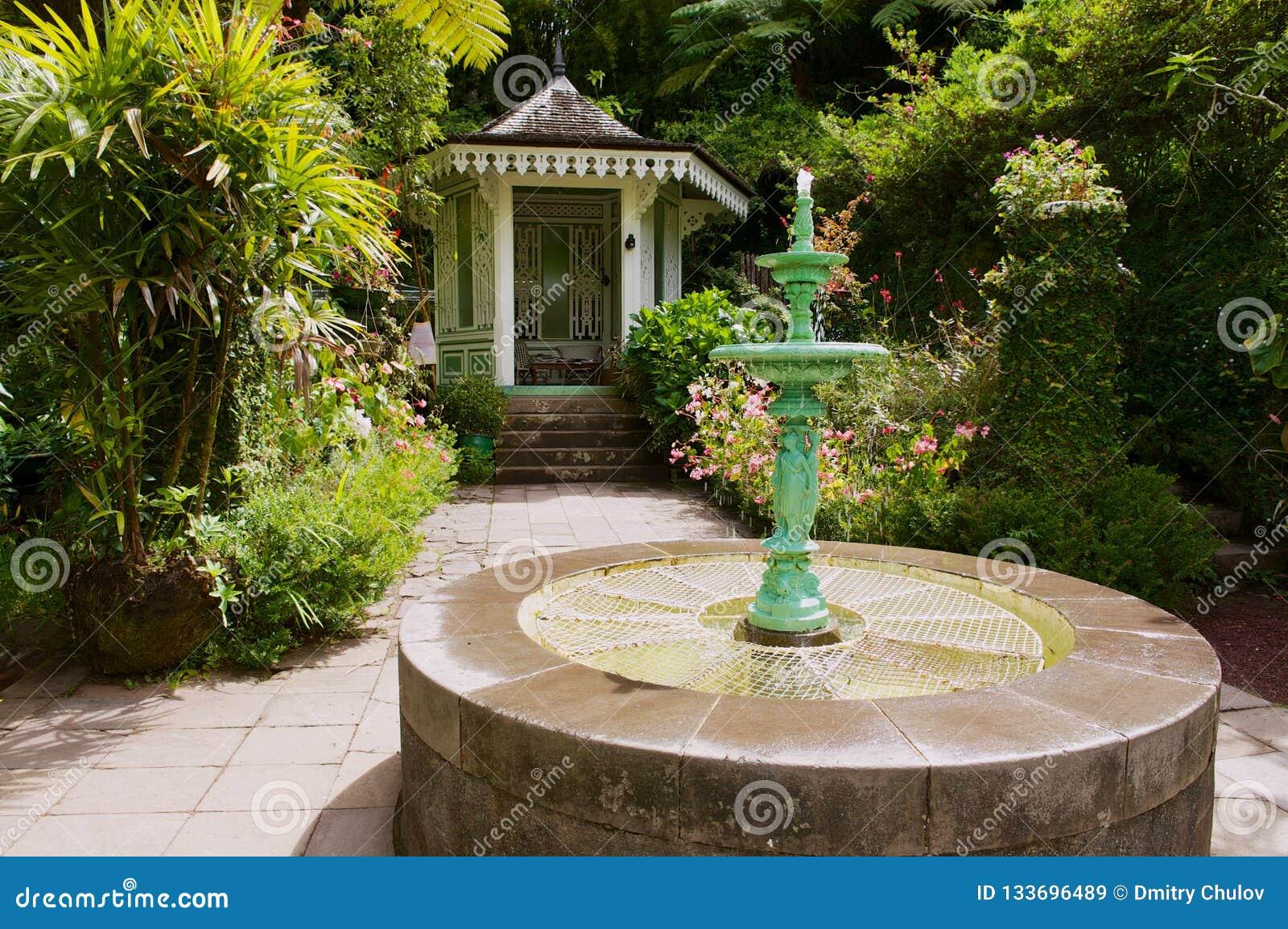 Jardín en el folio colonial más viejo del infierno-Bourg, Reunion Island de Maison del estado
